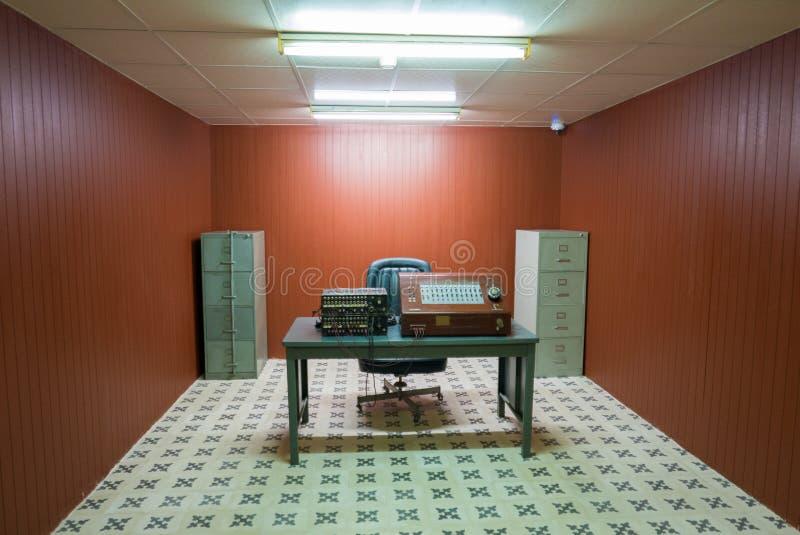 Stanza antica in bunker, indipendenza Palac della radiotrasmittente di guerra immagine stock libera da diritti