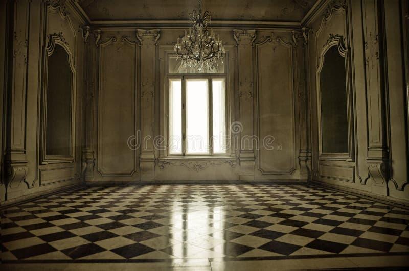 Stanza barrocco spettrale di stile con Florida della finestra, del raggio di sole e di terracotta fotografia stock libera da diritti