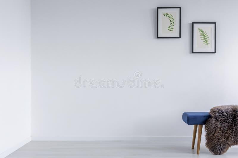 Stanza bianca con il banco blu fotografie stock