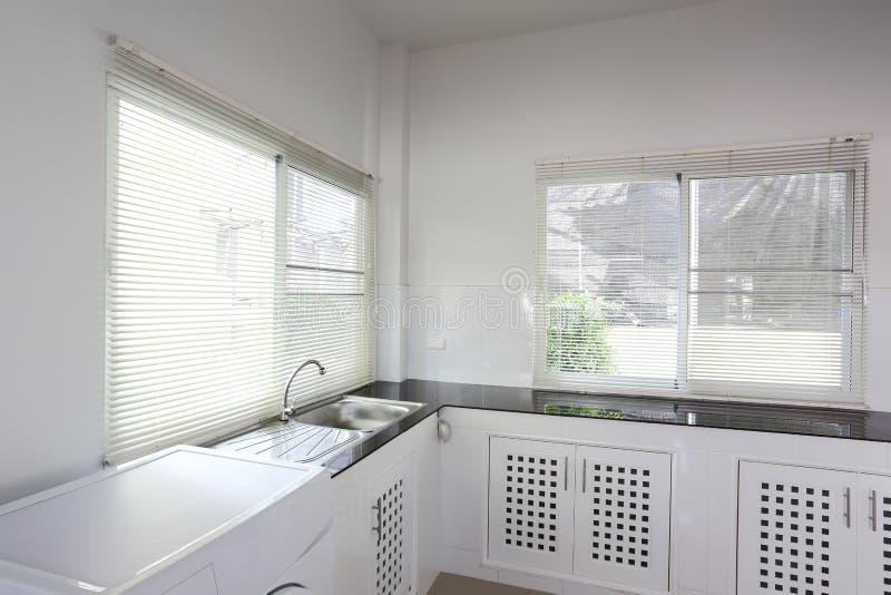Stanza bianca della cucina immagini stock