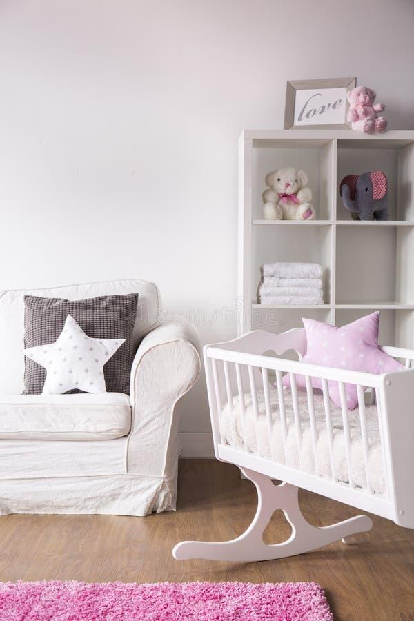 Stanza bianca luminosa della scuola materna fotografia stock