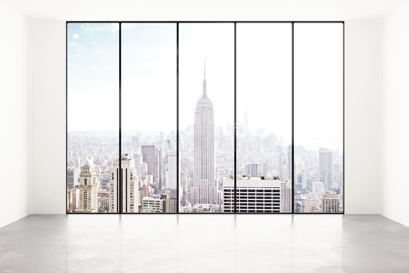 Stanza bianca vuota con la vista della città fotografia stock