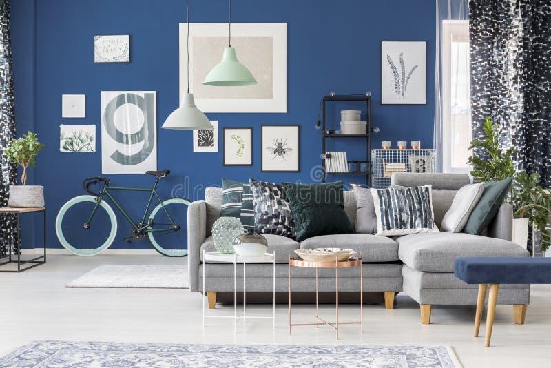 Stanza blu con i modelli astratti fotografia stock