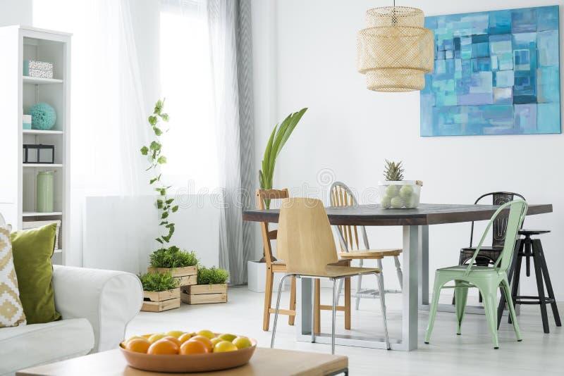 Stanza botanica con il tavolo da pranzo immagine stock