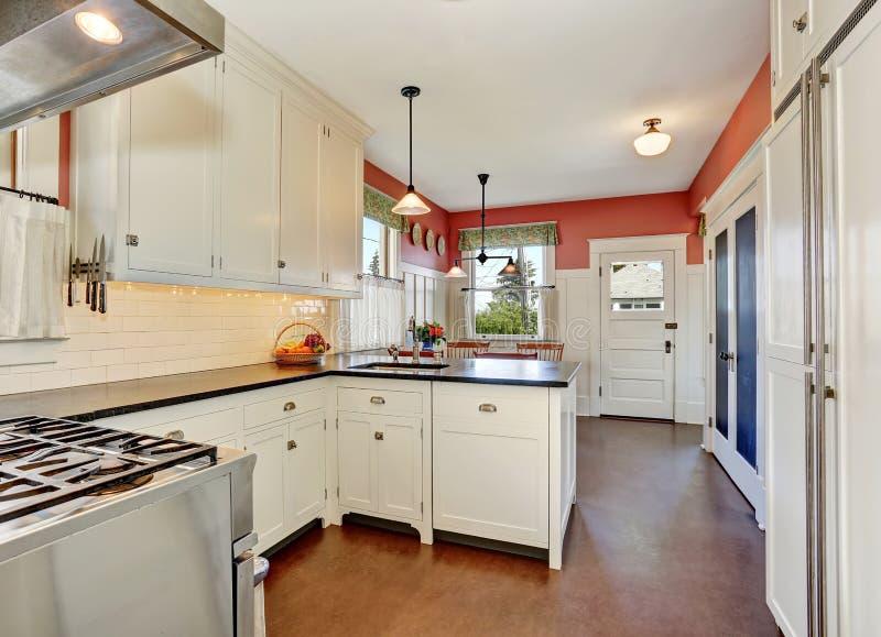 Stanza classica della cucina con i gabinetti il ripiano for Pavimento della cucina del cottage