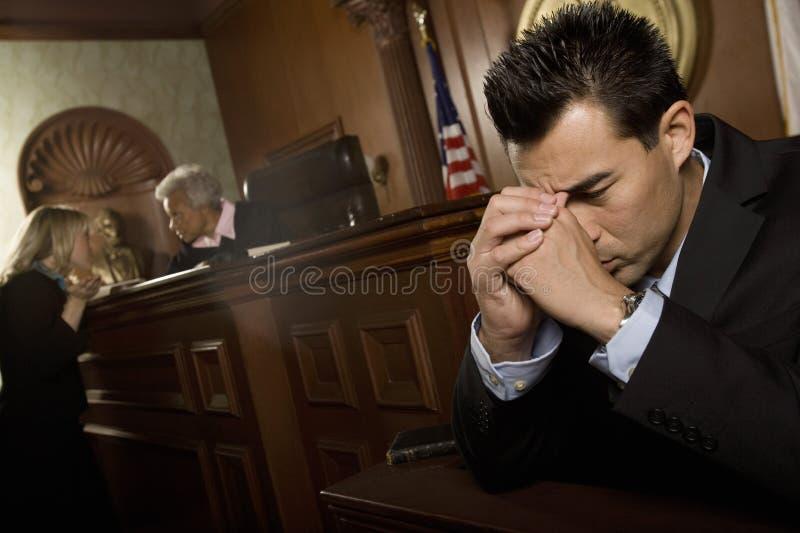 Stanza colpevole dell'uomo in tribunale fotografia stock libera da diritti
