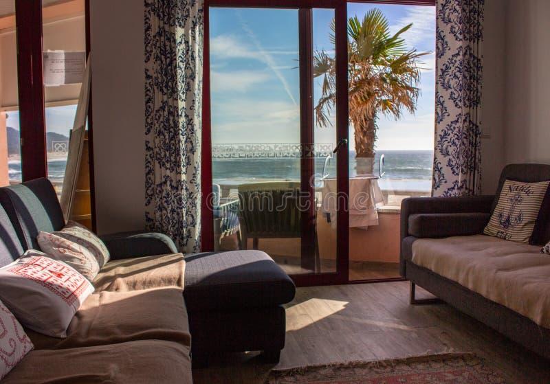 Stanza comoda con il sof? e balcone con la vista del mare Interno accogliente dell'appartamento Salone con la decorazione e la mo fotografie stock