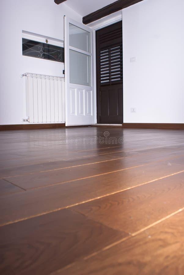 Stanza con i pavimenti di legno duro immagini stock libere da diritti
