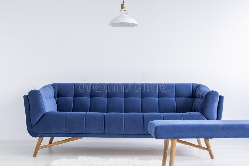 Stanza con il sofà d'annata fotografia stock