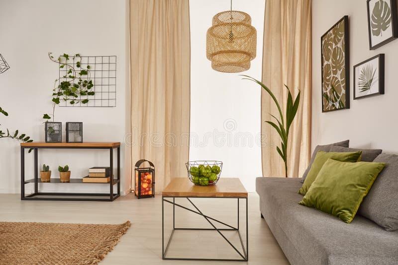 Stanza con la tavola ed il sofà fotografia stock