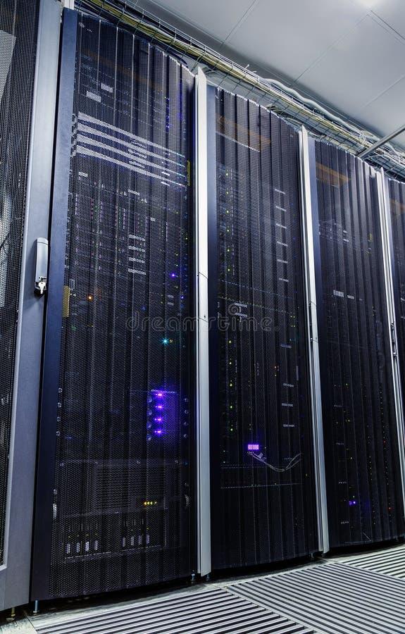 Stanza con le file dell'hardware del server immagine stock