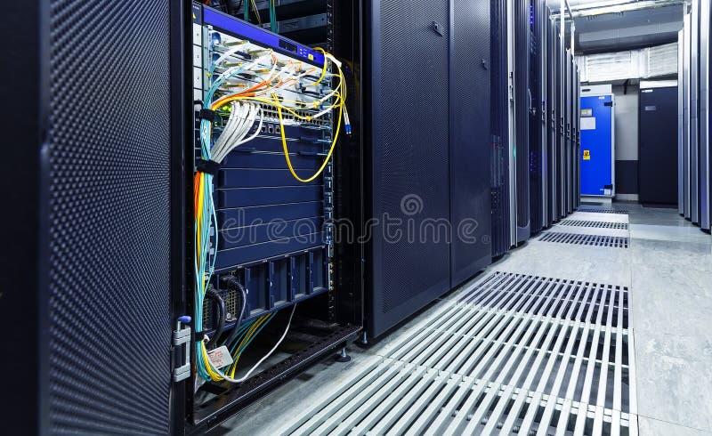 Stanza con le file dell'hardware del server fotografia stock