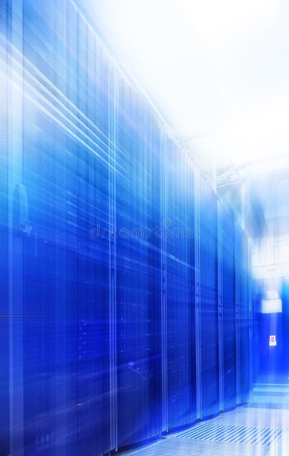 Stanza con le file dell'hardware del server immagini stock