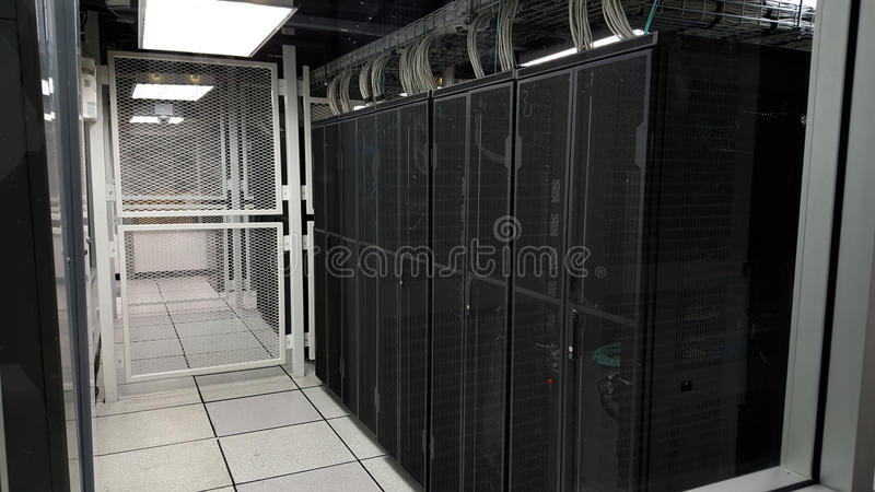 Stanza con le file dell'hardware del server nel centro dati fotografia stock libera da diritti