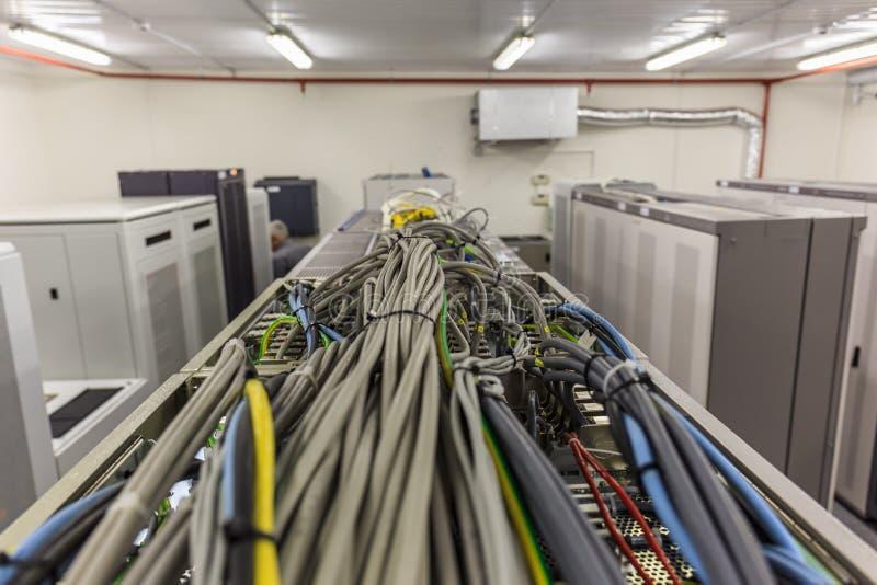 Stanza con le file dell'hardware del server nel centro dati o nella stanza cellulare di comunicazione del commutatore immagini stock libere da diritti