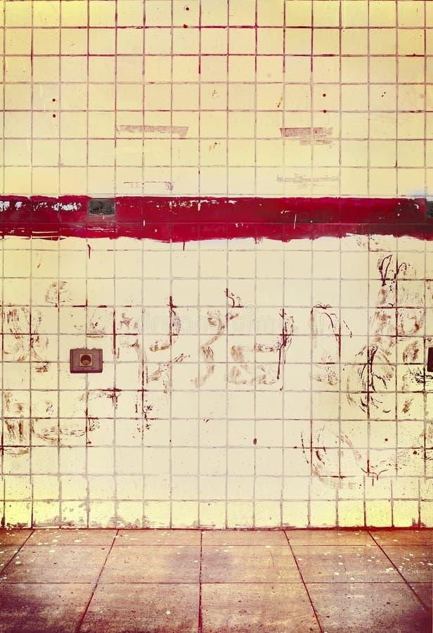 Stanza con le pareti piastrellate, vecchio lerciume vuoto interno per fondo fotografie stock libere da diritti