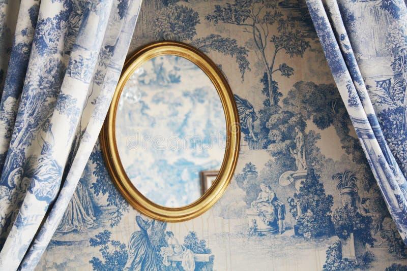 Stanza con lo specchio in hotel nel vecchio stile veneziano Architettura veneziana fotografia stock libera da diritti