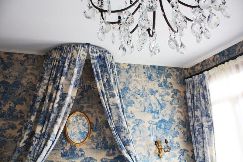 Stanza con lo specchio in hotel nel vecchio stile veneziano Architettura veneziana immagini stock libere da diritti