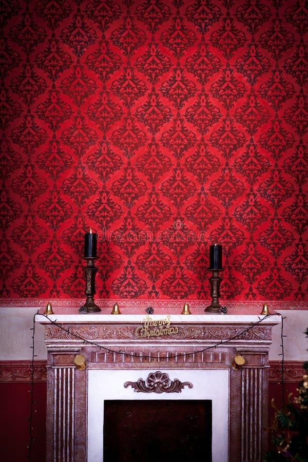 Stanza d'annata con due candels su un camino su un fondo rosso illustrazione di stock