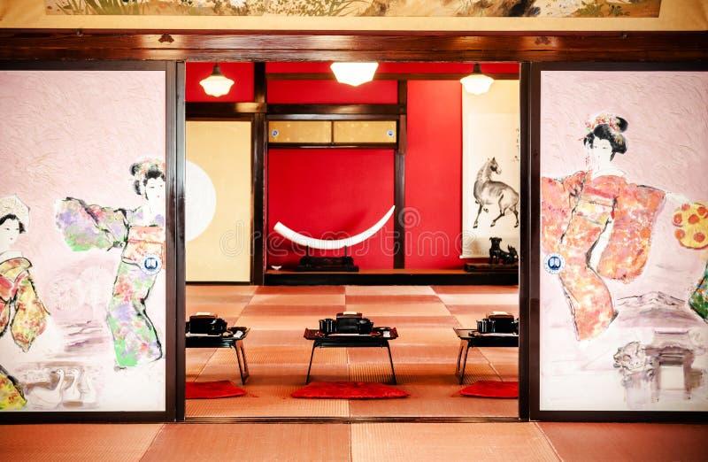 Stanza d'annata giapponese del tè con la pittura della parete ed il de tradizionale immagine stock libera da diritti