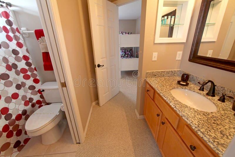Stanza da bagno immagine stock immagine di vasca stuoia - Stanza da bagno ...