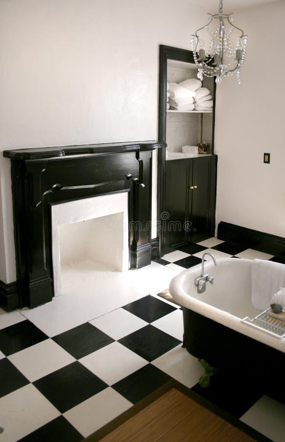 Stanza da bagno in bianco e nero con la vasca immagine stock immagine di tovaglioli ferro - Bagno bianco e nero ...