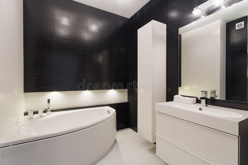 Stanza da bagno in bianco e nero lussuosa fotografia stock