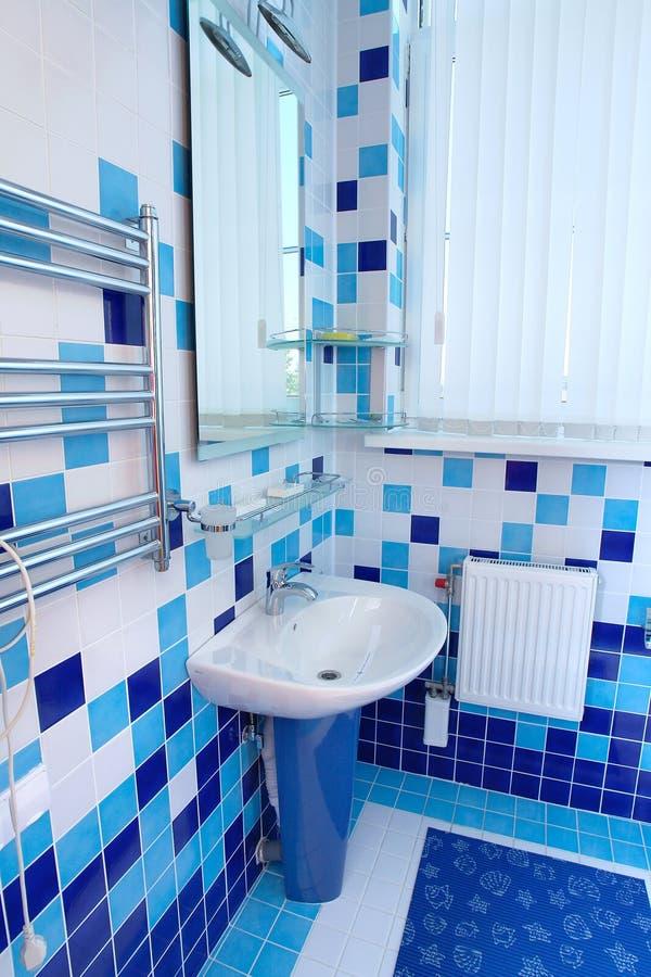 Stanza da bagno in blu ed in bianco fotografia stock