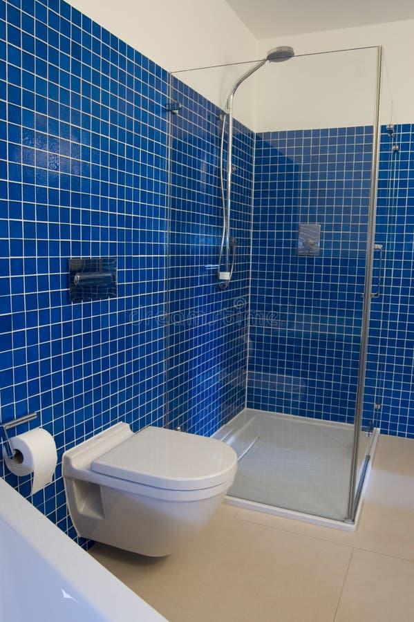 Stanza da bagno blu moderna immagine stock immagine di for Stanza da pranzo moderna