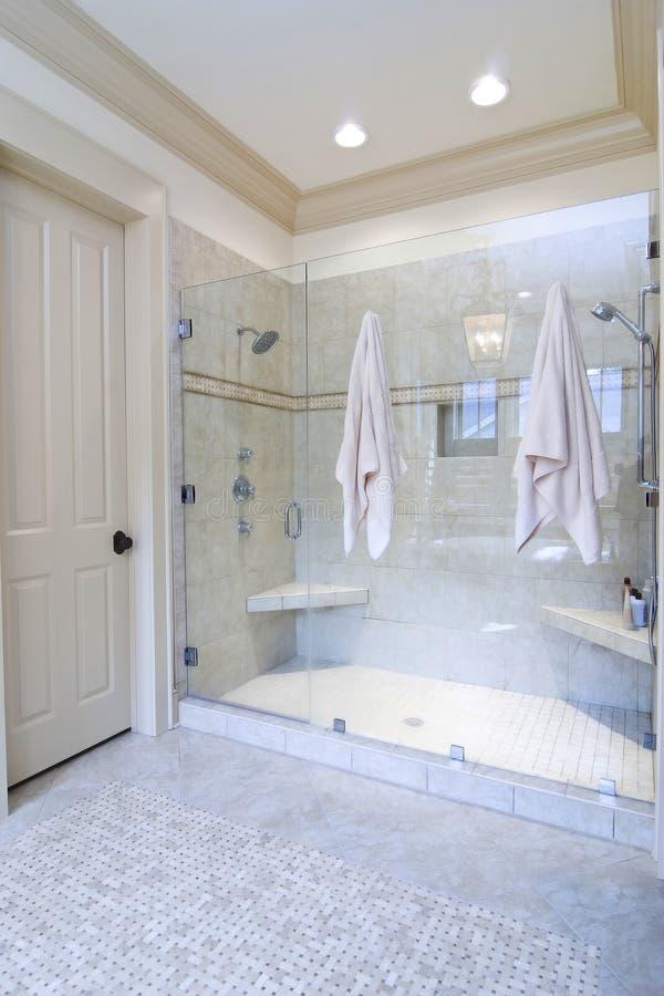 Stanza da bagno con il grande acquazzone fotografia stock