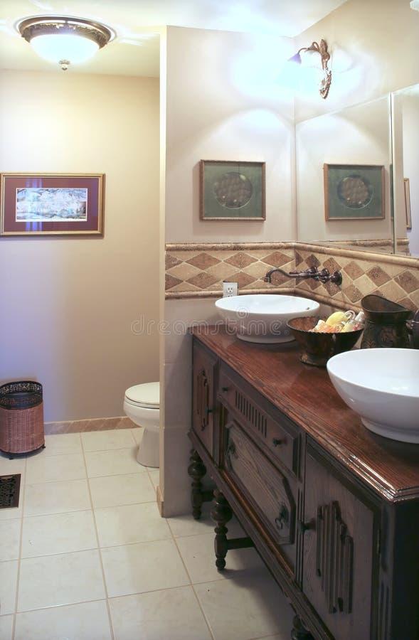 Stanza da bagno con l'armadietto antico immagine stock