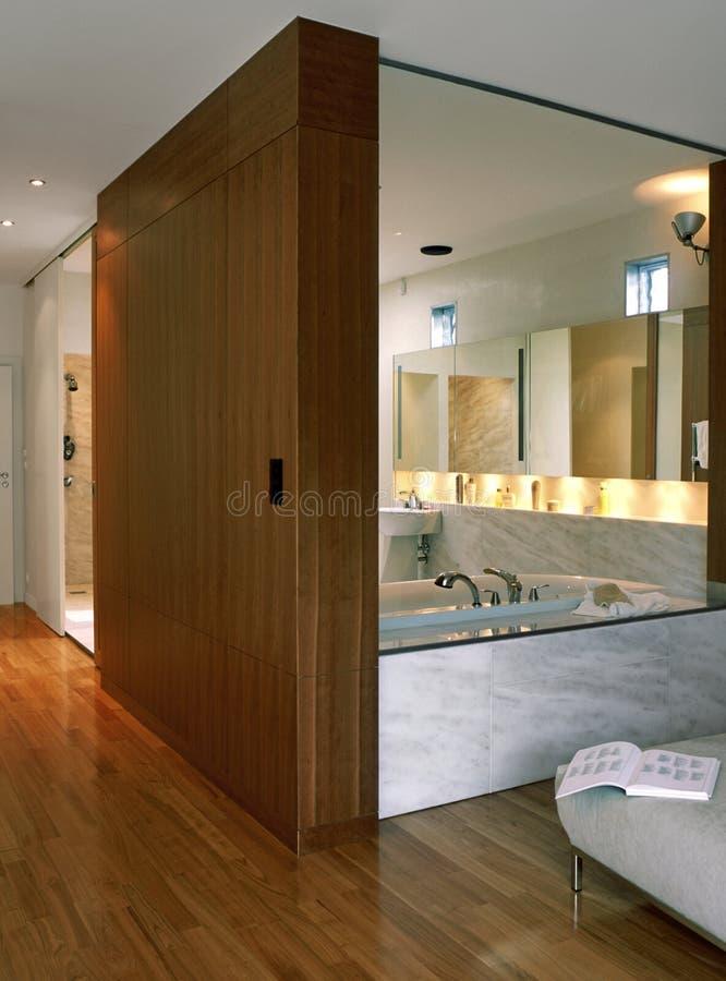 Stanza da bagno con la camera da letto fotografie stock