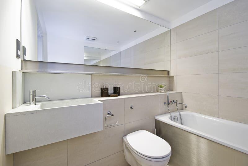 Stanza da bagno con la grande vasca di bagno fotografia - Vasca da bagno grande ...