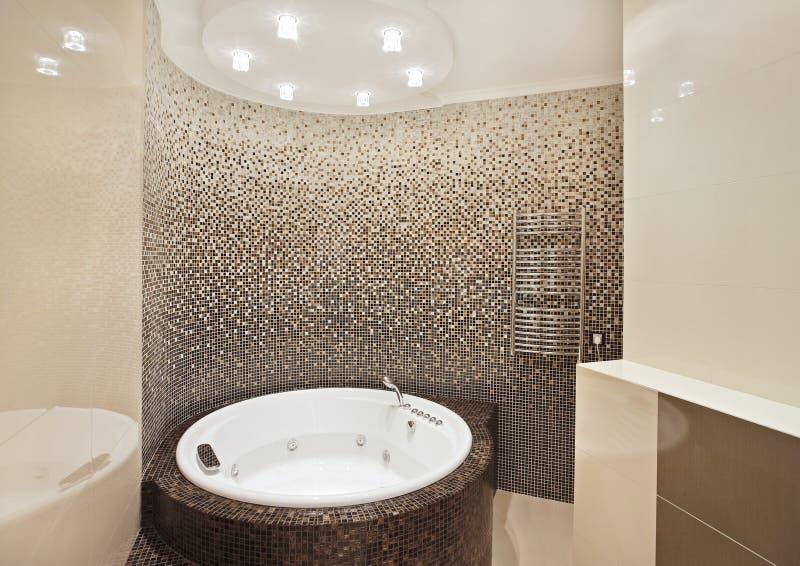 Stanza da bagno con la Jacuzzi ed il mosaico fotografia stock