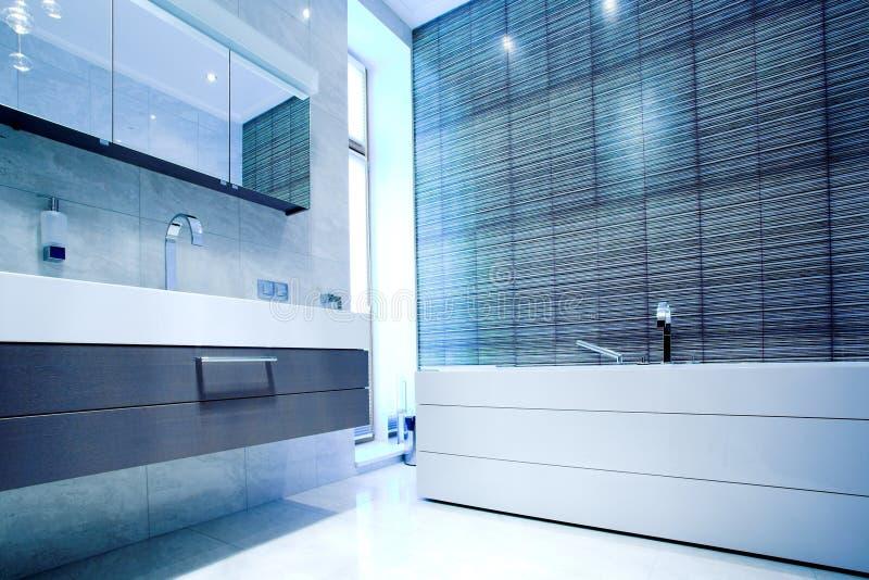 Stanza da bagno con lo specchio e la vaschetta fotografie stock