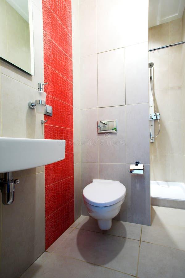 Stanza da bagno con lo specchio, la vaschetta e l'acquazzone immagini stock