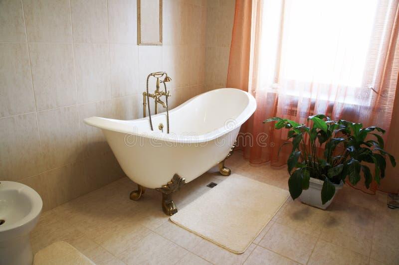 Stanza da bagno con un bello bagno fotografia stock