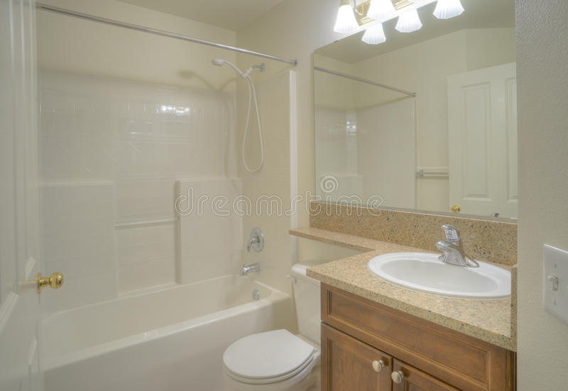 Stanza da bagno contemporanea con il grande specchio for Stanza da pranzo contemporanea