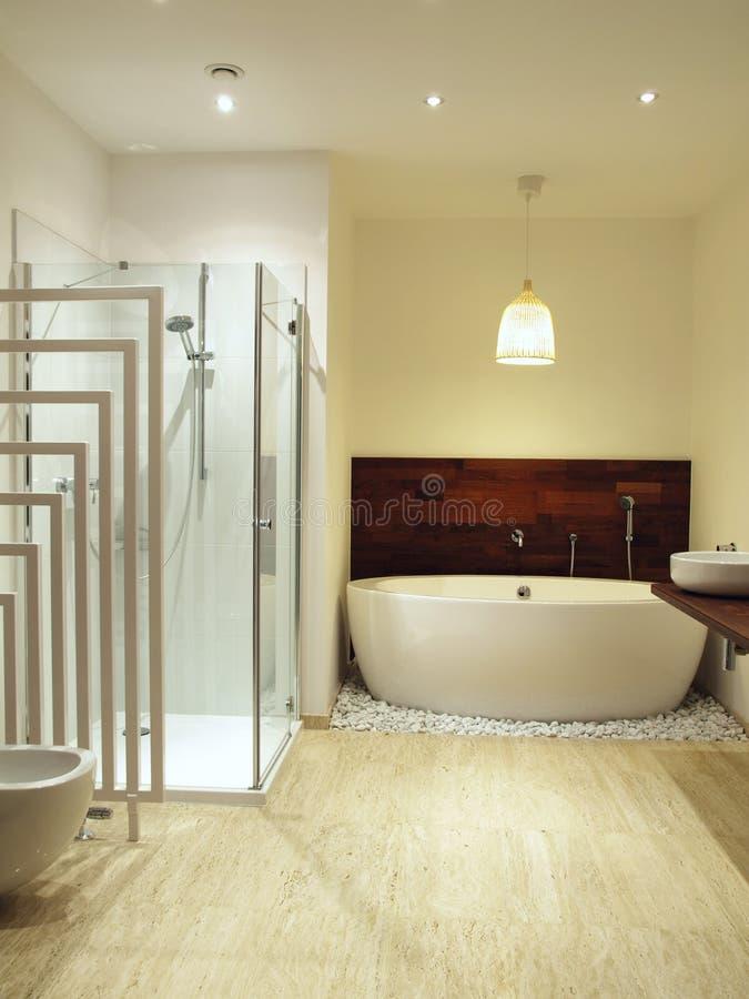 Stanza da bagno contemporanea con le mattonelle del travertino fotografia stock immagine di - Stanza da bagno ...