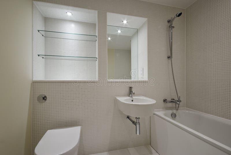Stanza da bagno contemporanea con le mattonelle mozaic immagine stock libera da diritti