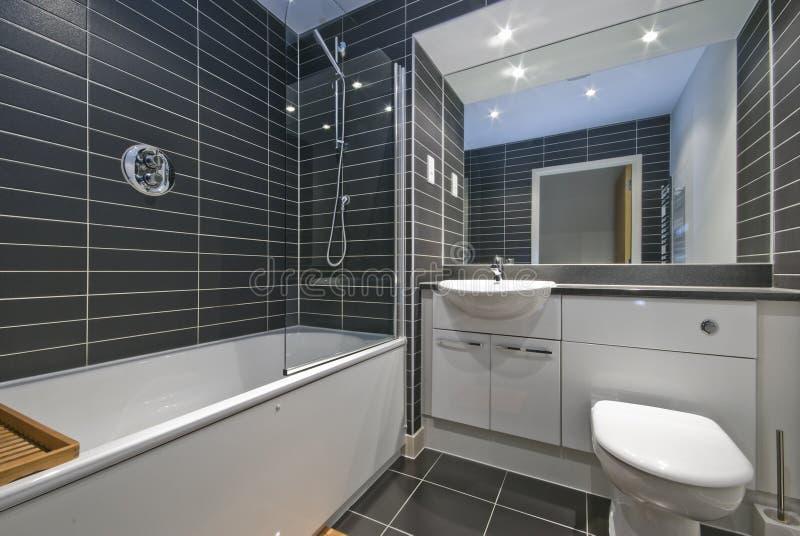 Stanza da bagno contemporanea con le mattonelle nere for Stanza da pranzo contemporanea