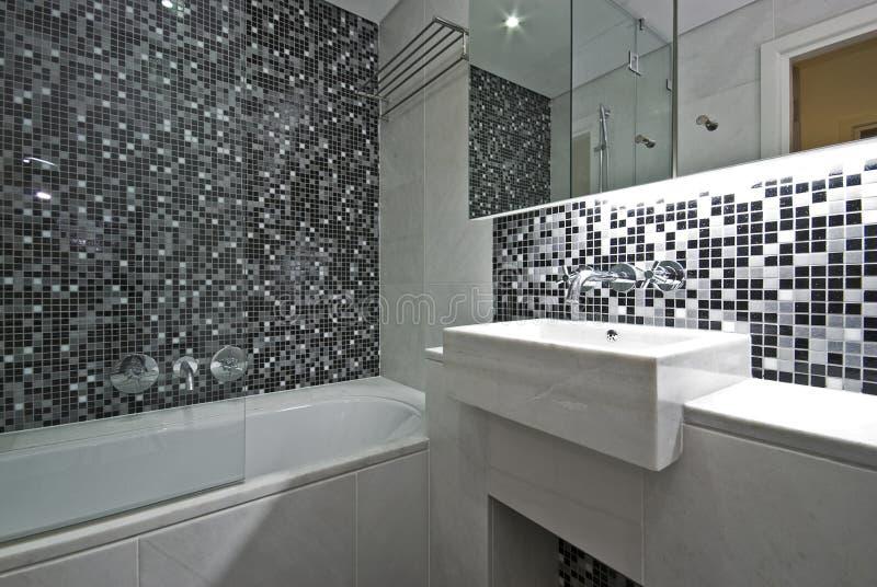 Stanza da bagno contemporanea della en serie in in bianco for Stanza da pranzo contemporanea