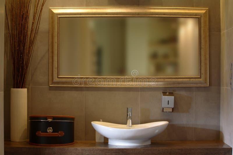 Stanza da bagno di lusso dell'appartamento immagini stock