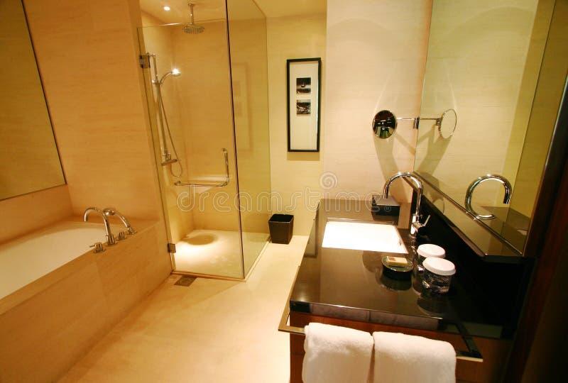 Stanza da bagno di nuovo albergo di lusso immagine stock for Grande disposizione della stanza