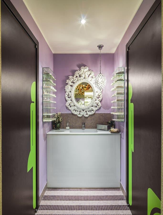 Cucina colorata moderna immagine stock immagine di cucina for Stanza da pranzo moderna