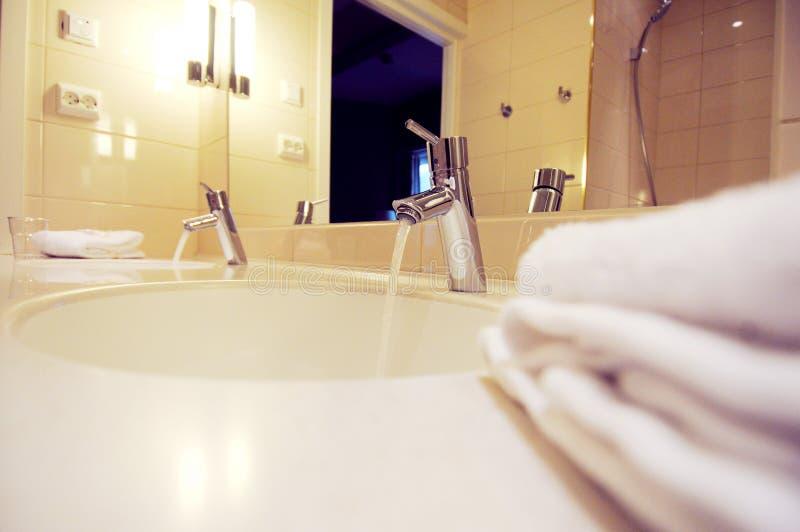 Stanza da bagno moderna nei toni blu e grigi con la for Stanza da pranzo moderna