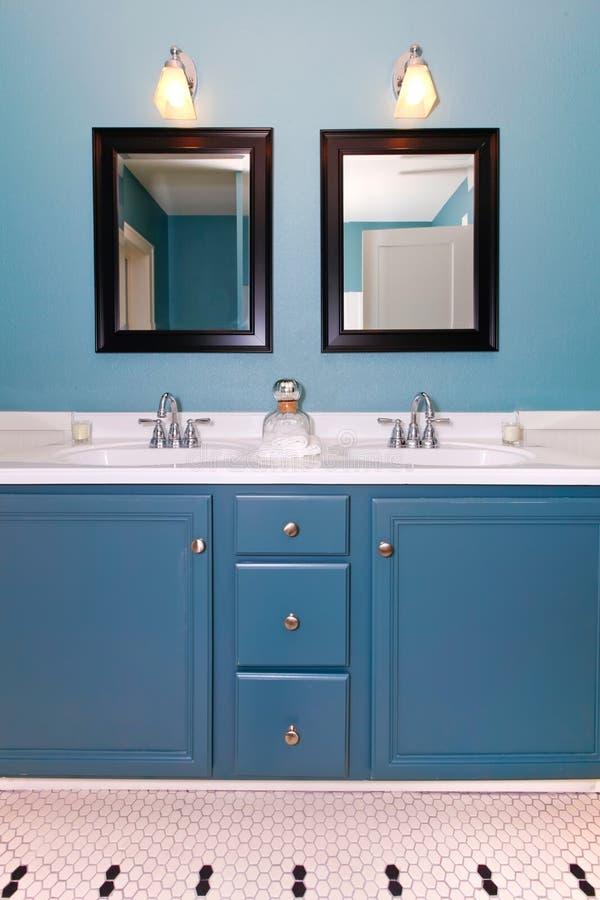 Stanza da bagno moderna classica blu e bianca. immagine stock