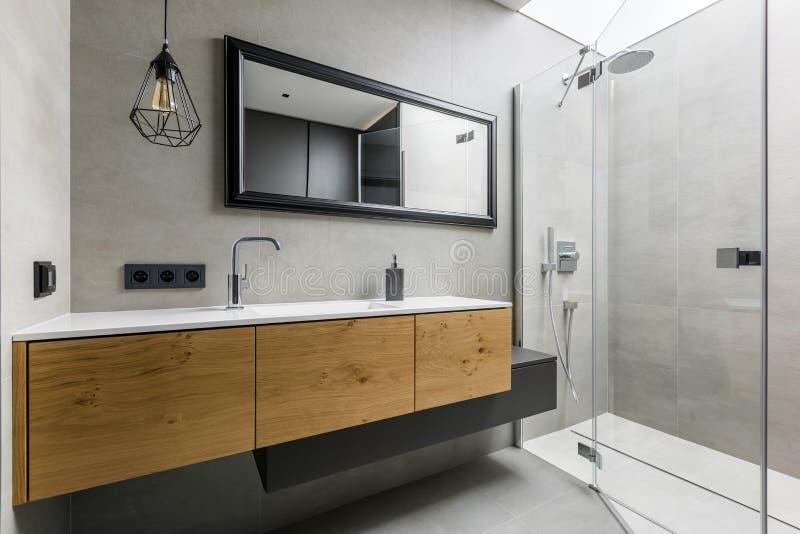 Stanza da bagno moderna con l'acquazzone fotografie stock libere da diritti