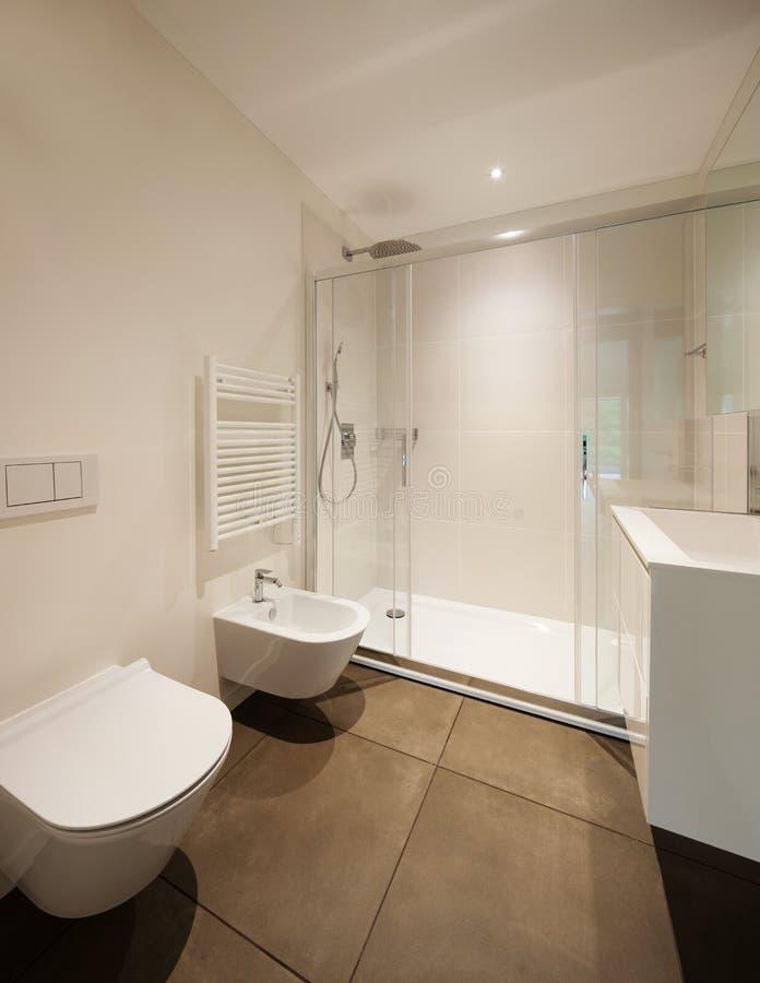 Stanza da bagno moderna con l 39 acquazzone fotografia stock for Stanza da pranzo moderna