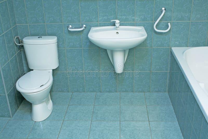 Stanza da bagno moderna con le mattonelle di pavimento verdi fotografie stock libere da diritti